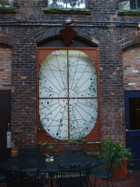 Steel Gates, Pastabilites